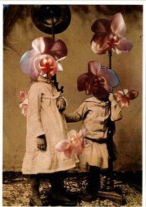 sepia Foto von zwei Kindern mit Orchideenblüten über deren Gesicht und im Bild montiert